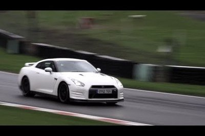 Video: Nissan GT-R Track Pack vs Porsche 997 Turbo S