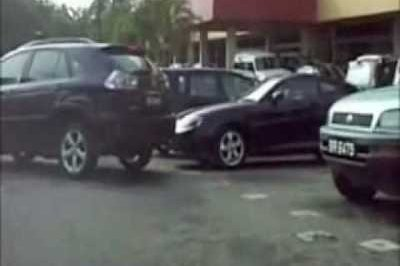 "Video: ""Auntie"" needs to learn to park Lexus RX300"