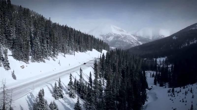 Video: McLaren 12C Spider Challenges a Snowboarder