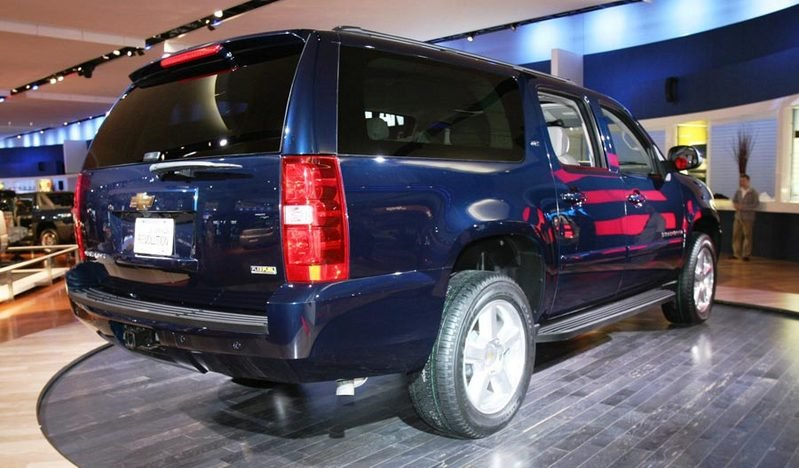 http://pictures.topspeed.com/IMG/crop/200601/2007-chevrolet-suburban-6_800x0w.jpg