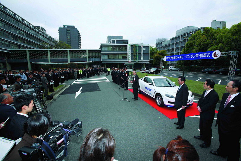 Mazda delivers two rotary hydrogen vehicles to Hiroshima government authorities
