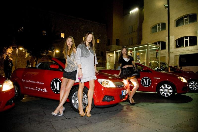 Top Models Travel to Catwalk in Tigra TwinTop