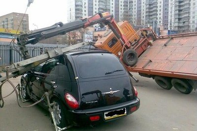 Only in Russia... Tow truck cannot lift a PT cruiser!