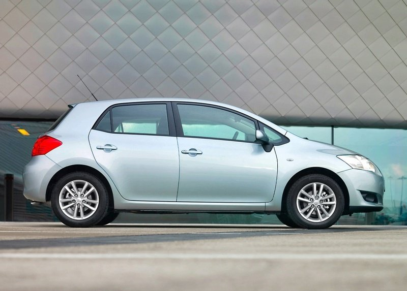 Toyota introduces Auris SR and TR
