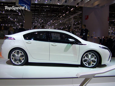 Chevrolet Cruze on Does Something Look Familiar  Do These Pictures Look A Lot Like