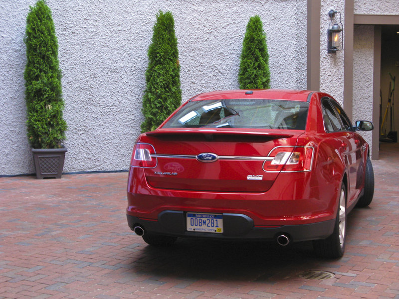 http://pictures.topspeed.com/IMG/crop/200906/2010-ford-taurus-sho-10_800x0w.jpg