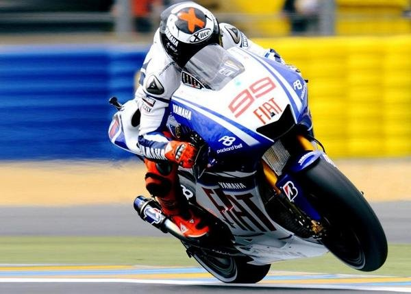 jorge lorenzo renews his contract with yamaha picture