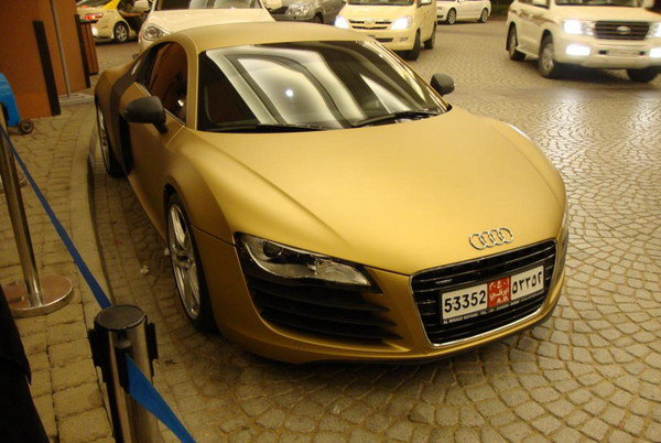 matte gold audi r8 spotted in dubai car news top speed. Black Bedroom Furniture Sets. Home Design Ideas