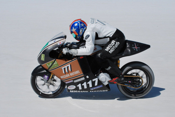 electric motorcycle land speed record mission one hits 150mph on salt w video picture