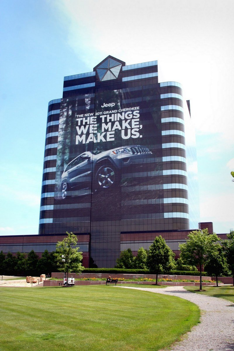Chrysler's new building wrap is all about the 2011 Jeep Grand Cherokee