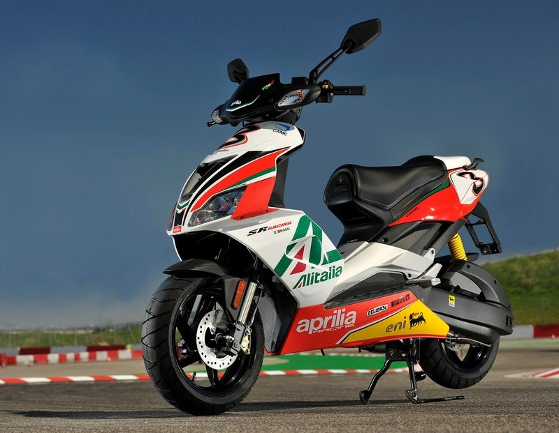 http://pictures.topspeed.com/IMG/crop/201202/2012-aprilia-sr-50-r---re-5_800x0w.jpg