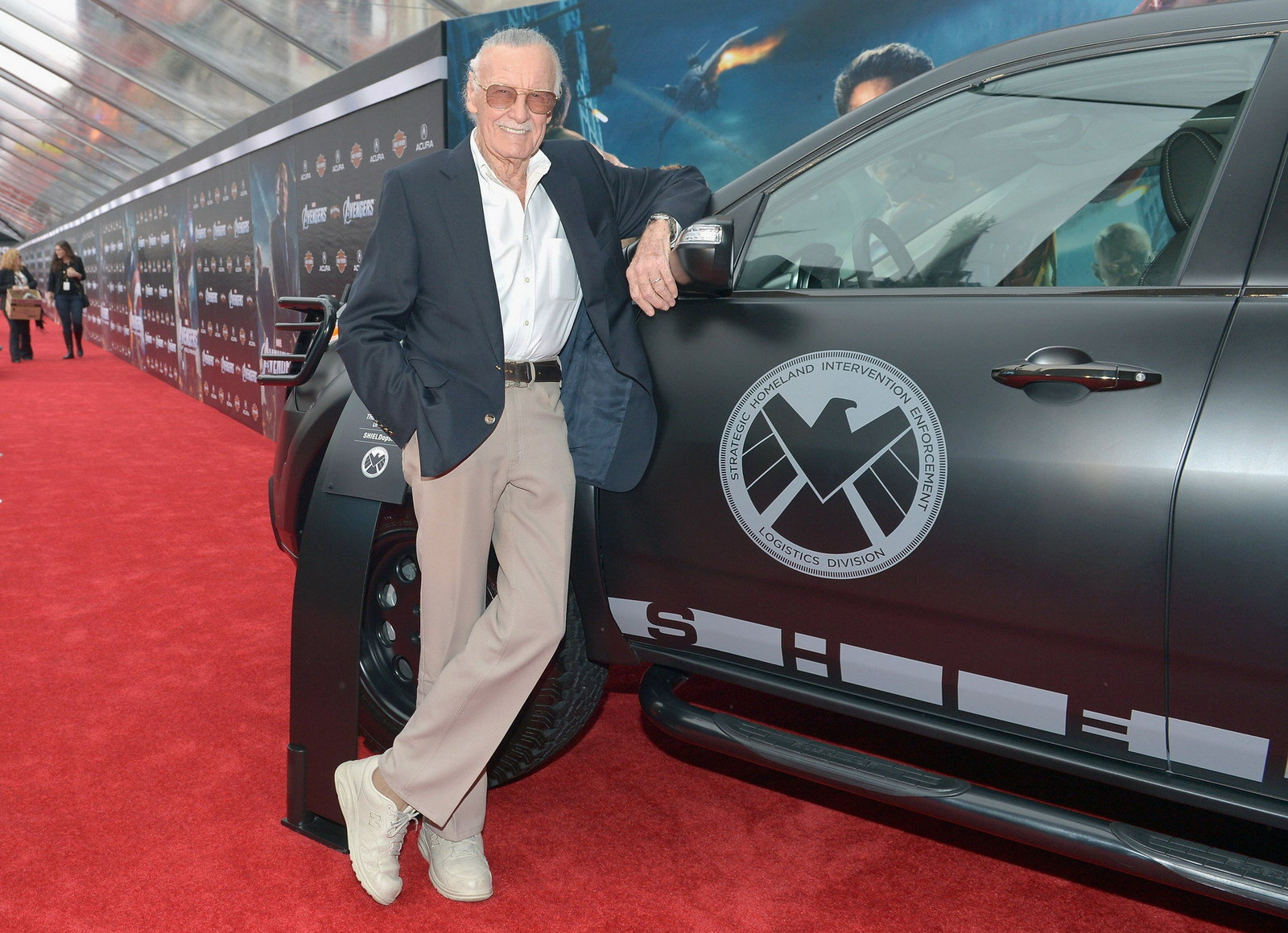 Video Robert Downey Jr Attends Avengers Premiere In An Acura Nsx Roadster Pictures Photos