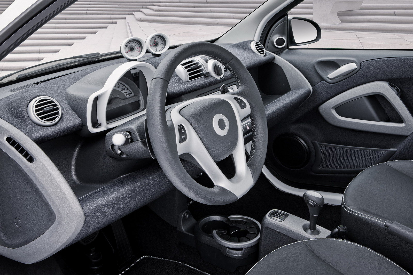 http://pictures.topspeed.com/IMG/crop/201206/smart-fortwo-iceshin-20_1600x0w.jpg