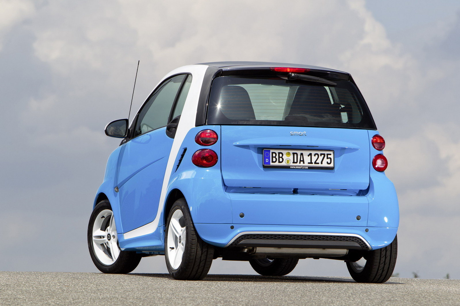 http://pictures.topspeed.com/IMG/crop/201206/smart-fortwo-iceshin-2_1600x0w.jpg