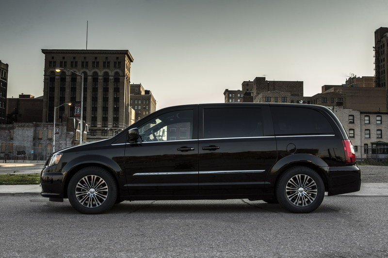 2013 Chrysler Town & Country S High Resolution Exterior - image 483522