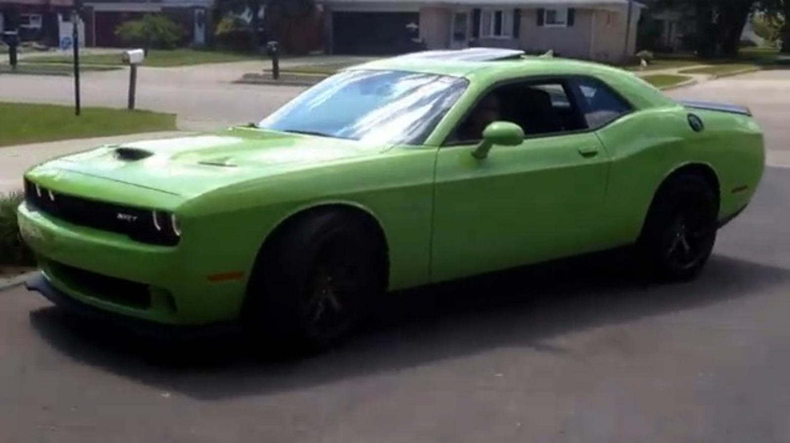 video 2015 dodge challenger srt hellcat idle and drive away news top speed. Black Bedroom Furniture Sets. Home Design Ideas