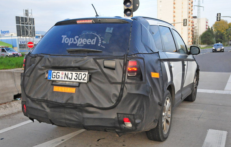 Spy Shots: Facelifted Mitsubishi Outlander Caught Testing