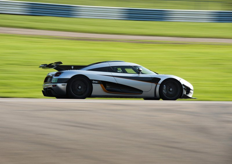 Video: Volvo FH Races A Koenigsegg One:1 Exterior - image 577098