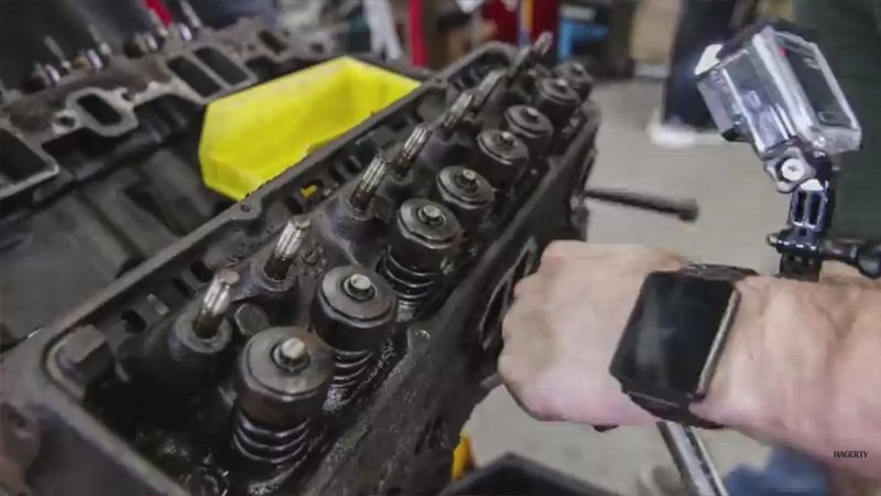 Chevy Small-Block Rebuilt In Less Than 4 Minutes: Video