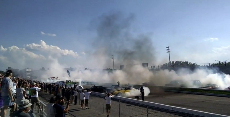 American Hot Rodders Smash Guiness World Record For Simultaneous Burnout: Video