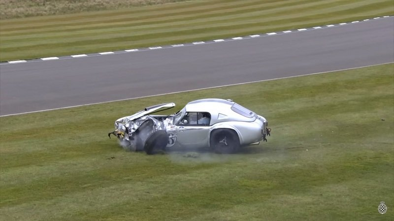 1963 AC Cobra Crashes at Goodwood: Video
