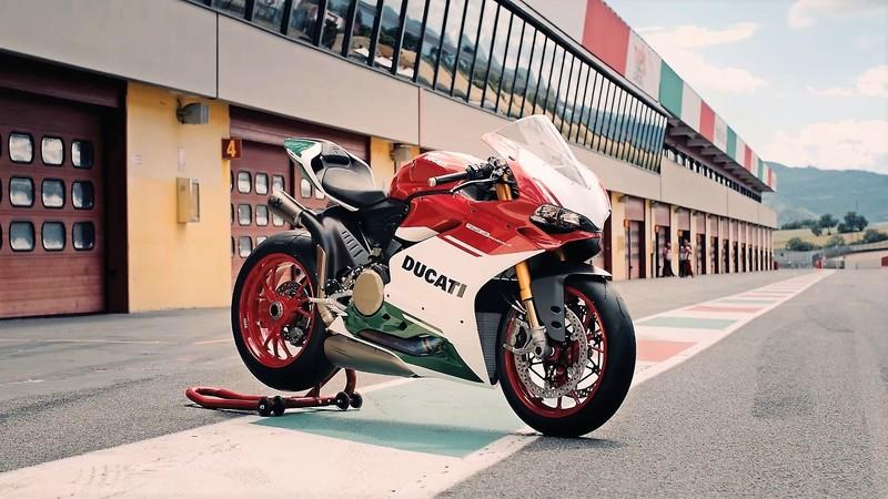 Ducati is giving the world one last taste of the L-twins by unveiling the 1299 Panigale R Final Edition.