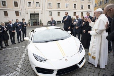 Craziest Thing This Week: The Pope Blesses a Lamborghini Huracan - image 745571