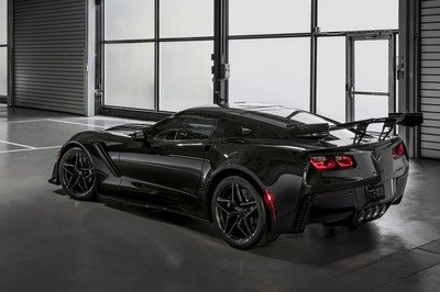 First-Production Chevrolet Corvette ZR1 Fetches $925,000 at Barrett-Jackson Auction - image 748691