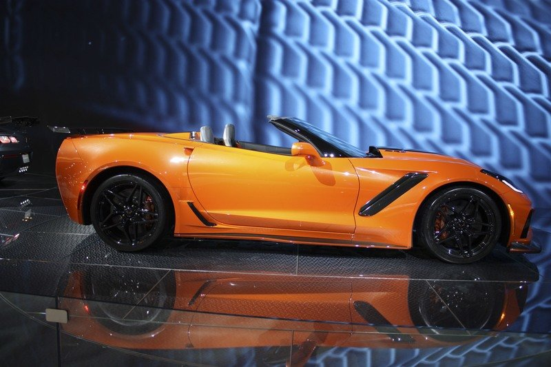 chevrolet corvette zr1 convertible old vs new almost 50 years apart news top speed. Black Bedroom Furniture Sets. Home Design Ideas