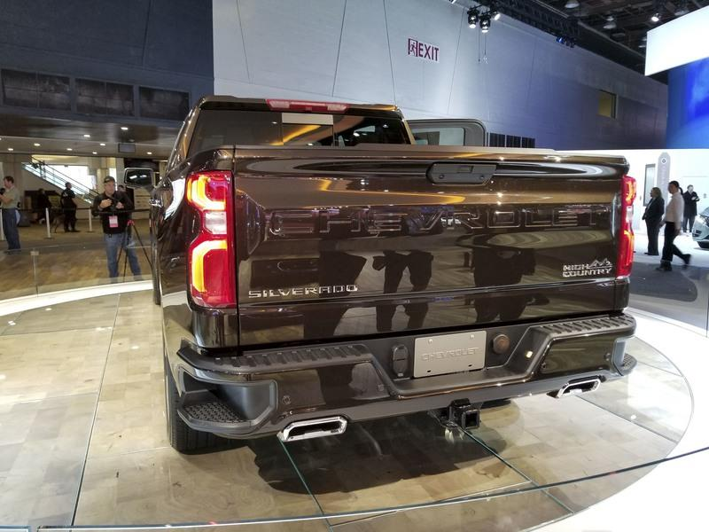 Watch The 2019 Chevy Silverado's Power-Lift Tailgate!