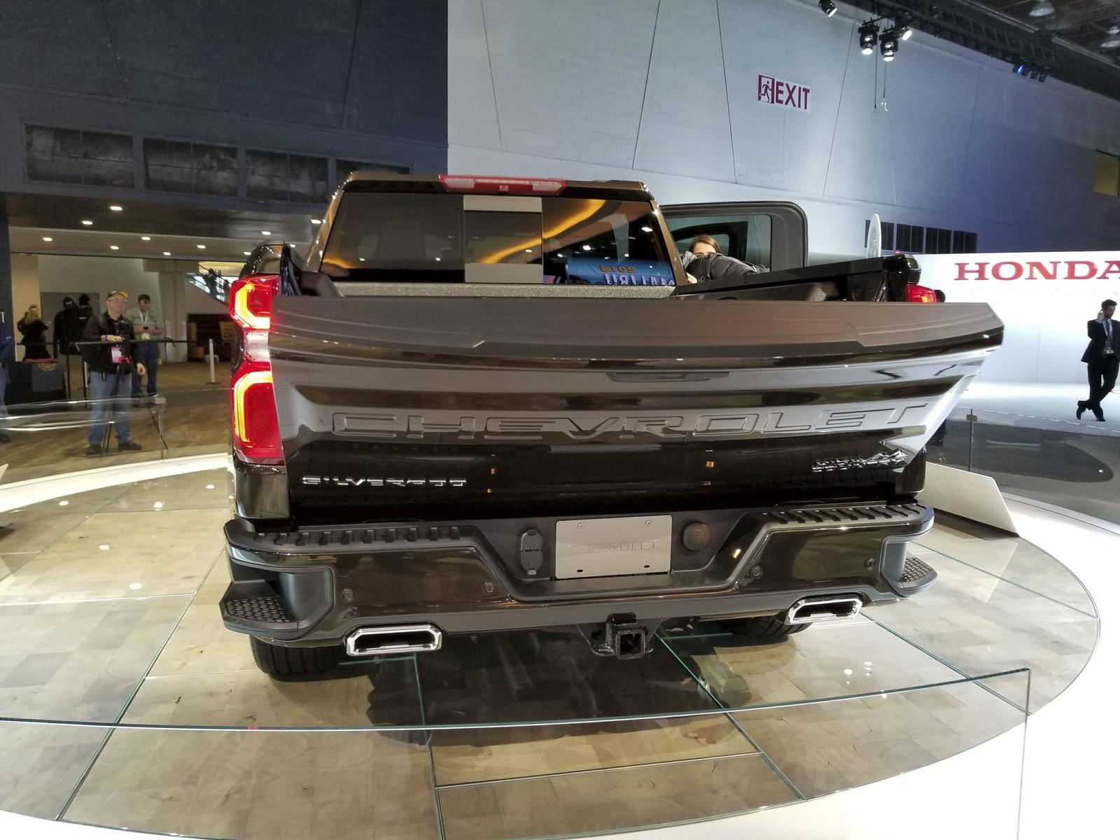 Watch The 2019 Chevy Silverado's Power-Lift Tailgate ...