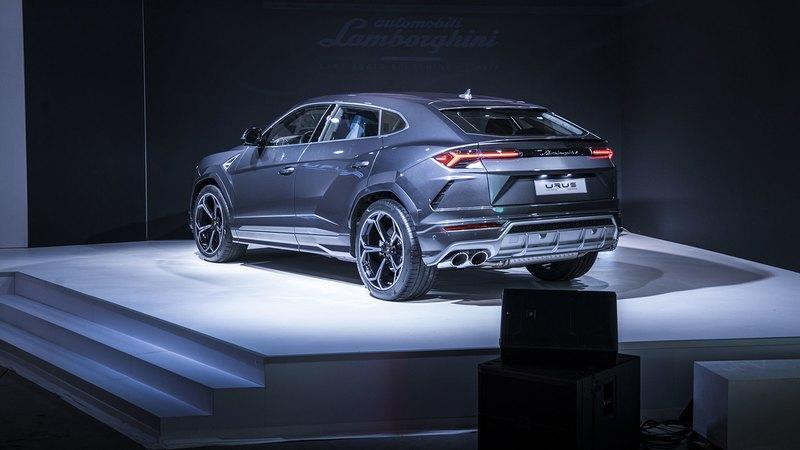 Feeling Special: Lambo Unveils Urus at Museum of Art, Ditches Detroit Auto Show