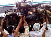 Loading a Royal Enfield onto a bus, carrying it on the head! - image 755702