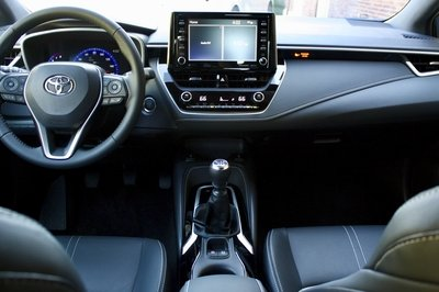 the 2019 toyota corolla hatchback's manual gearbox is extremely newbie  friendly | top speed