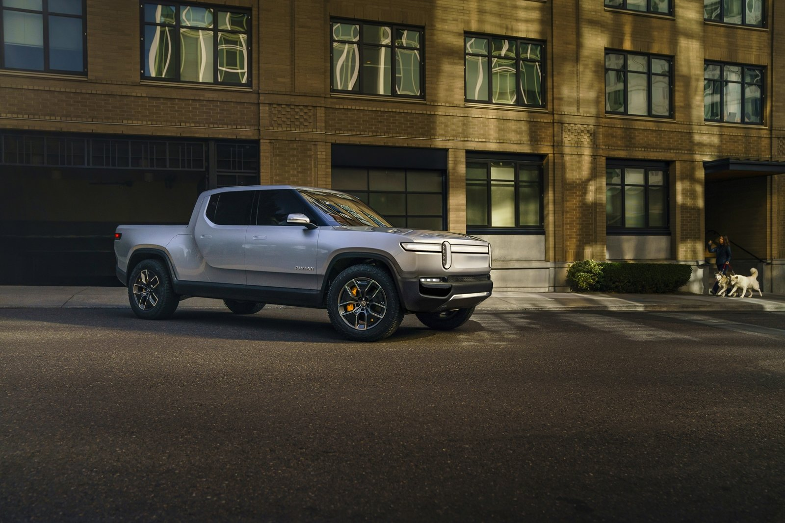 Trucks R Us >> Rivian R1T Flexes Its Muscle With Eye-Popping Towing Capacity | Top Speed