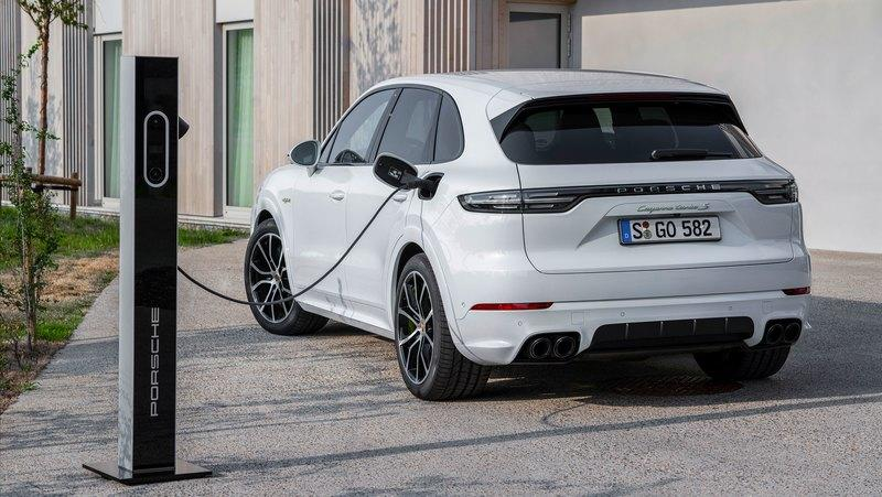 2020 Porsche Cayenne Turbo S E-Hybrid tops the range with 670 horsepower - image 855536
