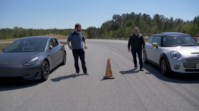 A Mini Cooper SE Can Beat the Tesla Model 3 in a Drag Race - Kind of