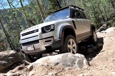 Watch the Old Land Rover Defender Keep Up with the New Defender and Jeep Gladiator