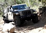 Watch the Old Land Rover Defender Keep Up with the New Defender and Jeep Gladiator - image 927698