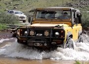 Watch the Old Land Rover Defender Keep Up with the New Defender and Jeep Gladiator - image 927690