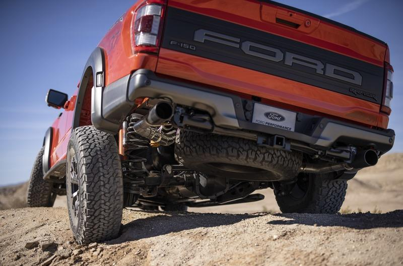 Ford Actually Had to Modify Its Production Lines to Handle The F-150 Raptors 37-Inch Tires Exterior - image 968764