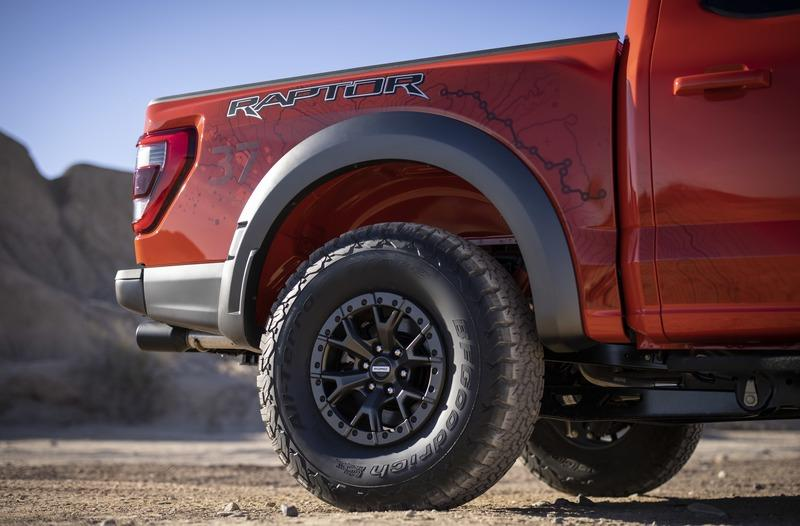 Ford Actually Had to Modify Its Production Lines to Handle The F-150 Raptors 37-Inch Tires Exterior - image 968778