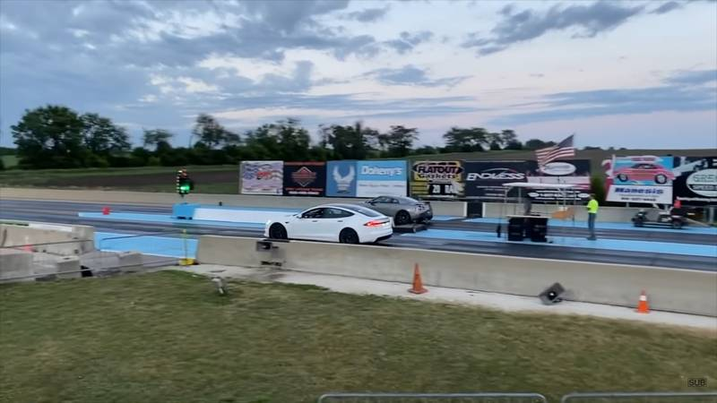 A Tesla Model S Plaid Spanks the Nissan GT-R In This 1/4-Mile Drag Race - image 998001