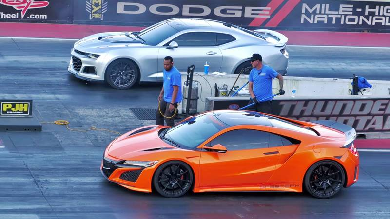 A Chevrolet Camaro ZL1 Takes on the Acura NSX in a Quarter-Mile Drag Races - image 1013979