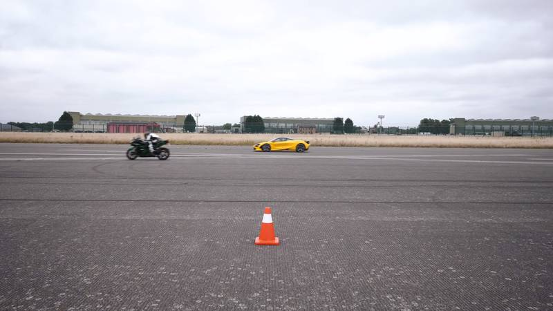 Watch A McLaren 720S Get Spanked By A Kawasaki Superbike And A Porsche 911 Turbo S - image 1020475