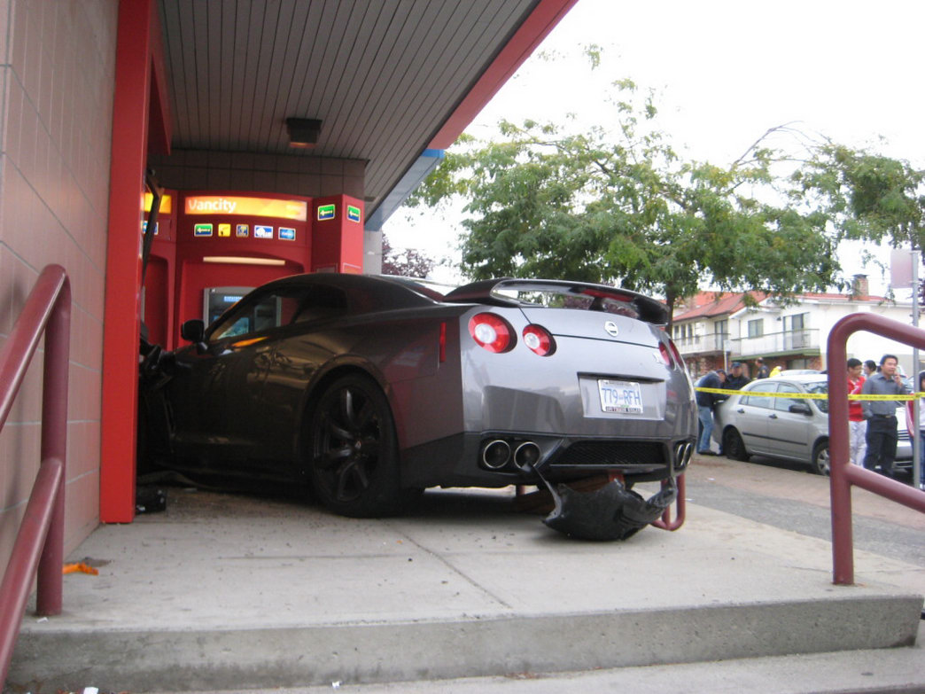 nissan gt r crashes into vancouver bank news top speed. Black Bedroom Furniture Sets. Home Design Ideas
