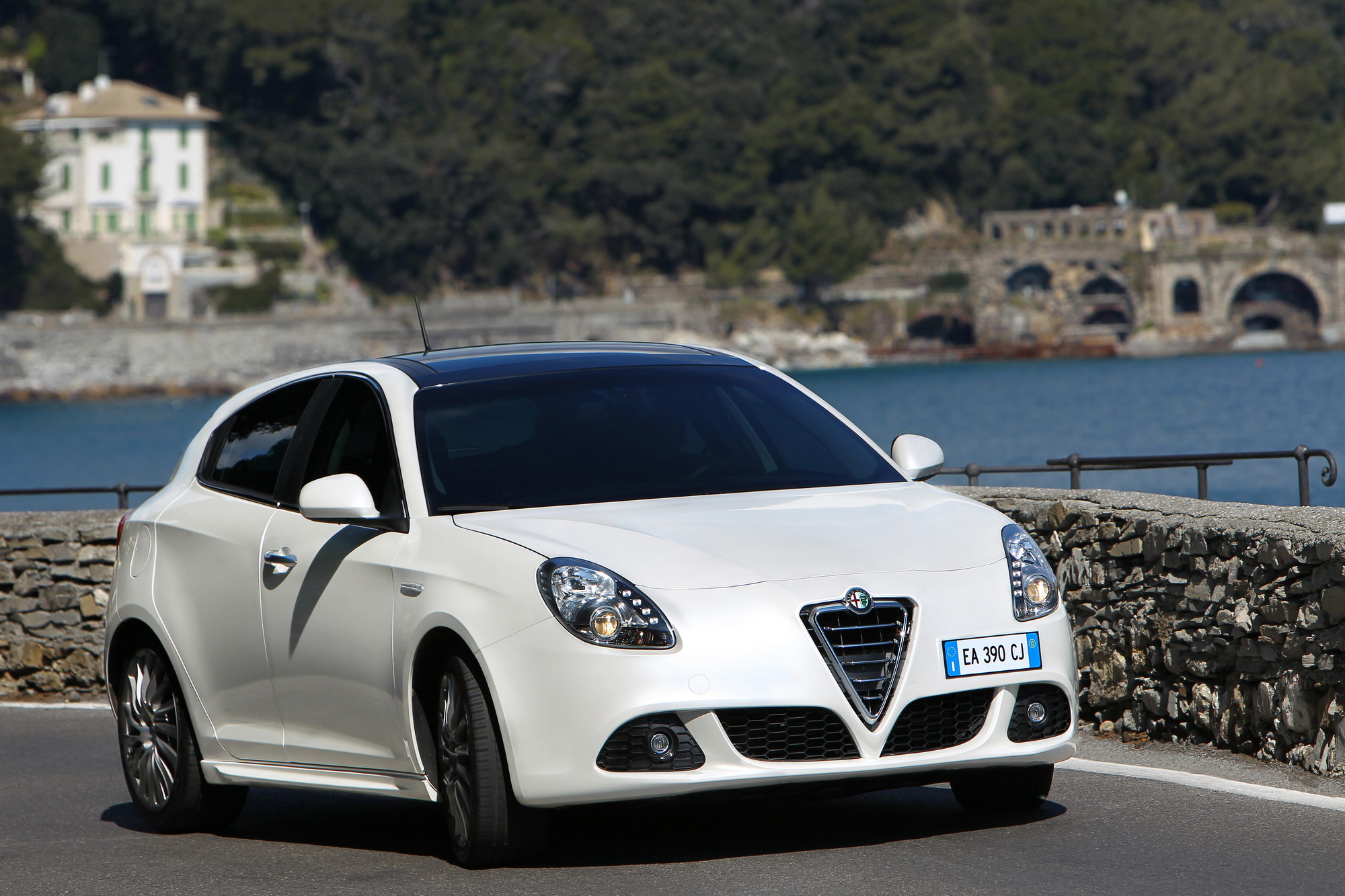 Even if all eyes are on the new cars being unveiled at the los angeles auto show the italian automaker alfa romeo has decided that this would be the
