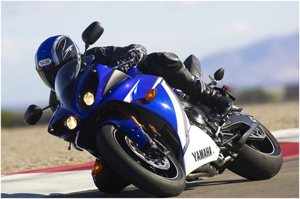 2011 yamaha yzf r1 review top speed for Yamaha r1 top speed