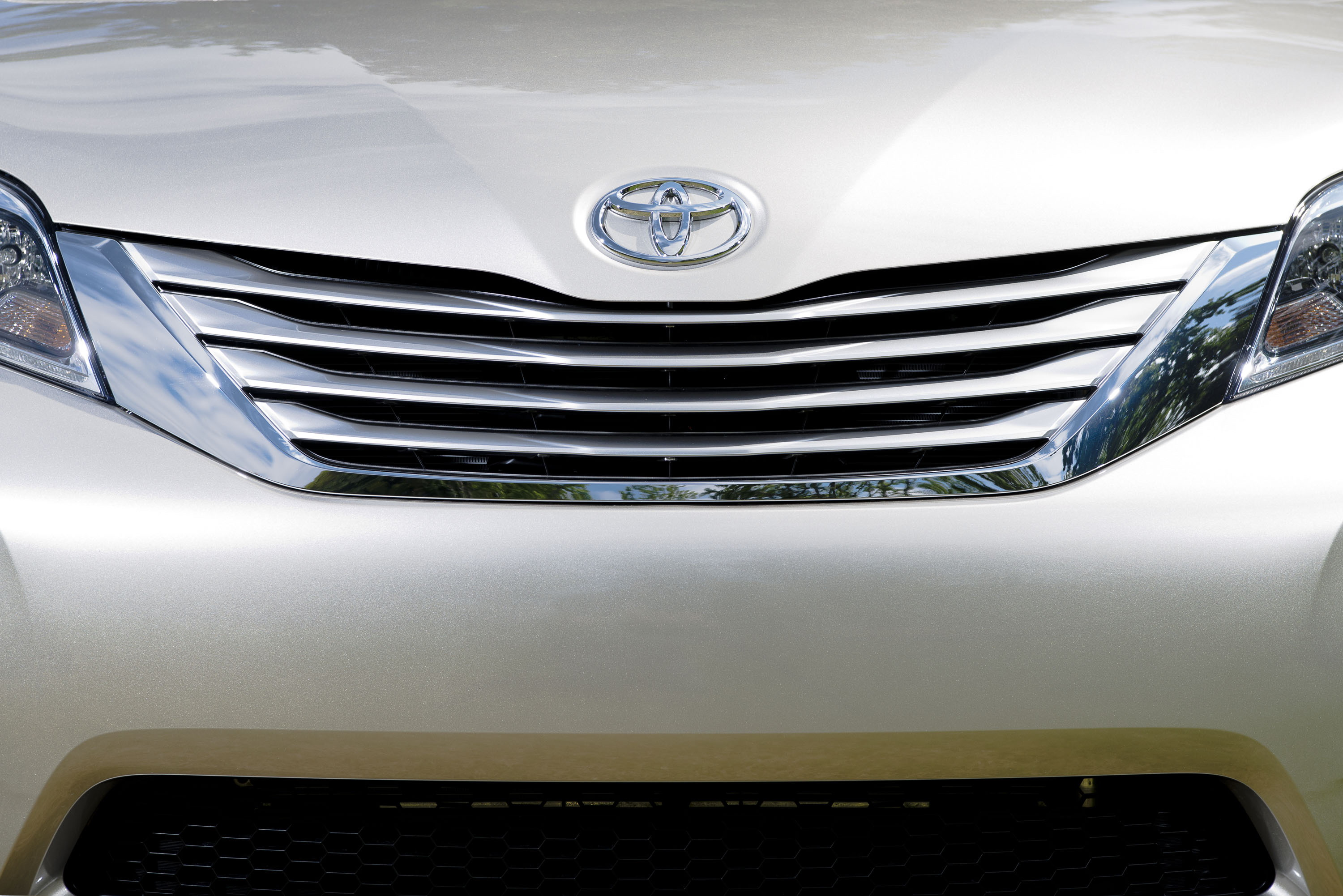 test car review reviews wptoysiennafrontangle sienna driving road toyota xle