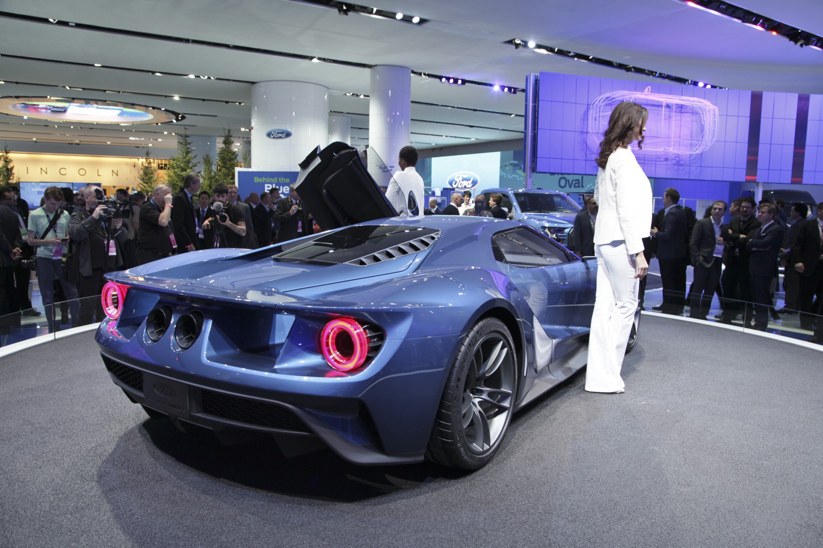 Fully Naked 2017 Ford GT Roams the Streets of Detroit